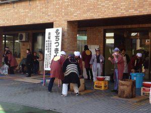豊島区立目白心身障害者福祉センターにて、地元の目白協和会主催のお餅つき大会が開かれています。