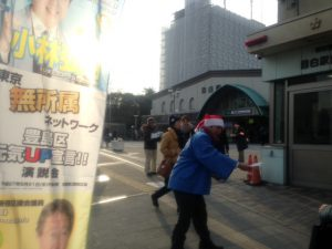 12/24 本日は豊島区目白駅駅前にて区政レポートの配布を行いました。  クリスマスにちなんで、サンタ帽をかぶって、区政レポートを配布をさせていただきました。
